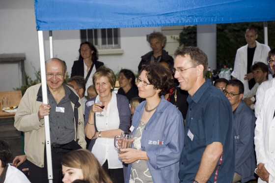 Andrea Rosenbusch und die Gäste hören aufmerksam den Poetry Slammern zu.