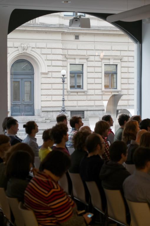 Saal mit Blick auf das Opernhaus