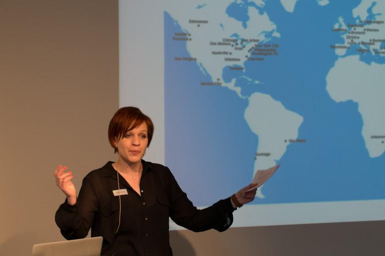 Fabienne Gafner vor der Karte der WIAD-Städte