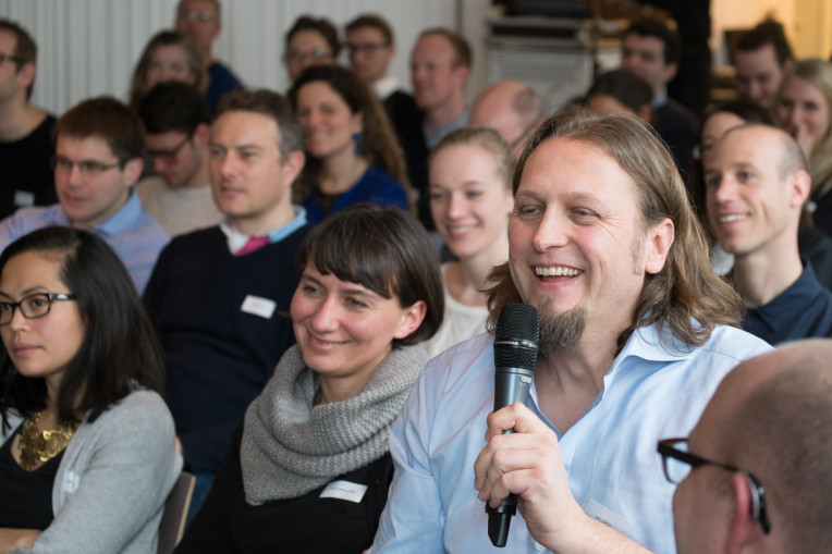 Jan Jursa aus dem Publikum stellt eine Frage