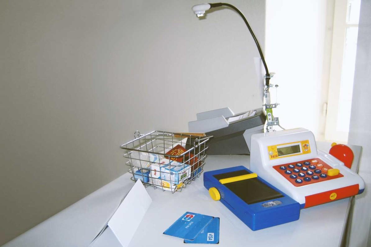 Supermarktkasse im Testaufbau mit Warenkorb, Kreditkartenleser und Zahlungsterminal sowie Kamera