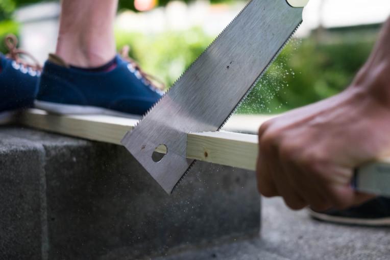 Säge kürzt Holzlatte