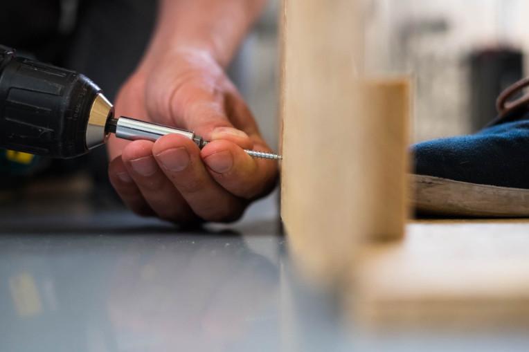 Schraube wird in Holz gebohrt