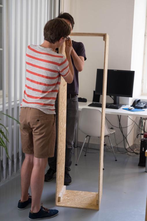 Holzprototyp wird von zwei Mitarbeiter gehalten