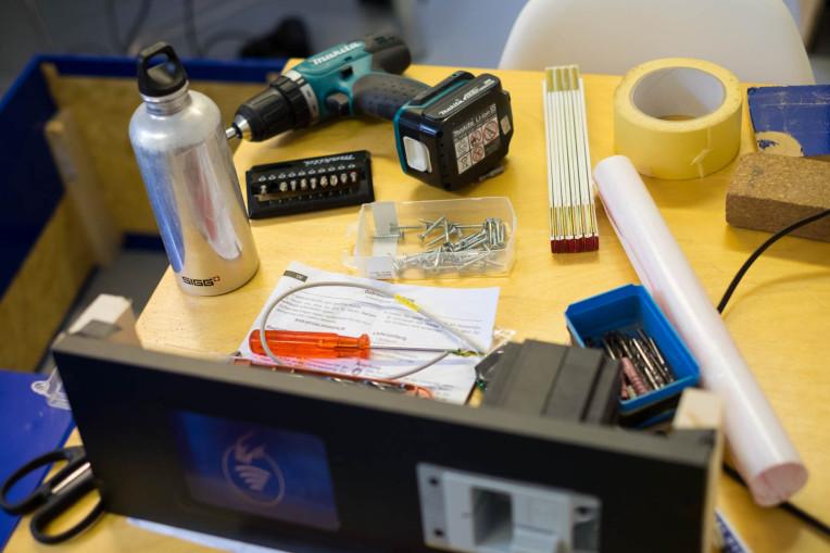 Viele Geräte auf einem Tisch