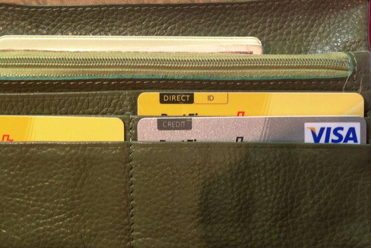 Links: Bezahlkarte. Rechs: Kundenkarte. Alles hübsch geordnet im Portemonnaie.
