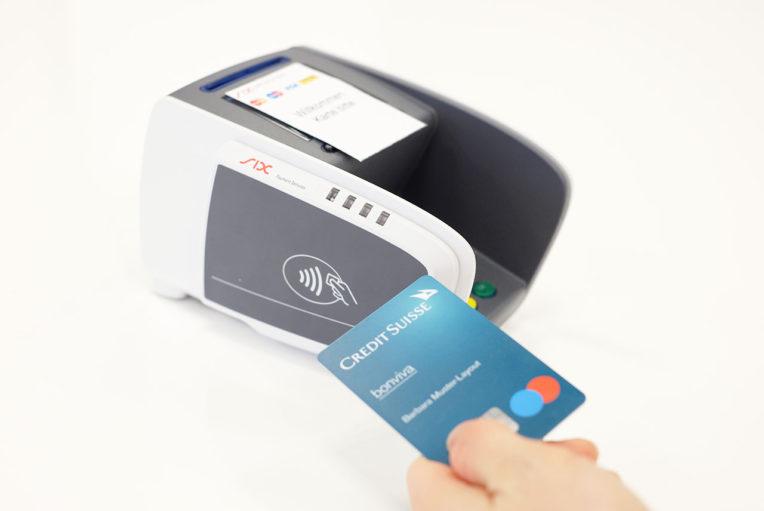 CS-Maestro-Card Gerät auf Tisch. Neue Karte wird ans Kontaktfeld gehalten um kontaktlos zu bezahlen.
