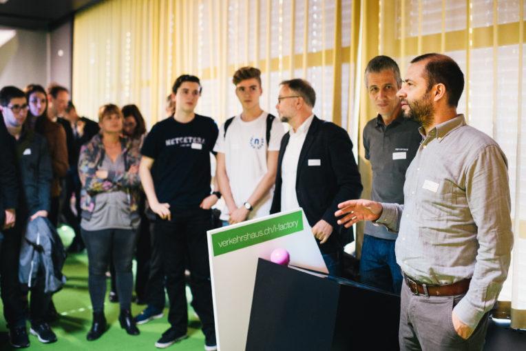 Ausstellungsbesucher umringen die IT-Dreamjobs-Terminals in der iFactory
