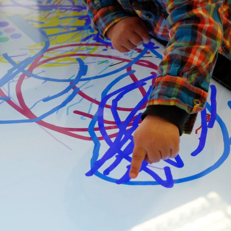 Kinderhand malt auf Big Screen