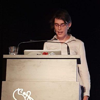 Esther Brunner am Redepult im Zentrum Karl der Grosse