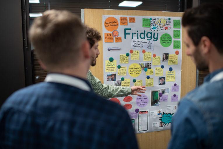 Alexander Nussbaum erklärt Fridgy an der Poster-Session des WUD
