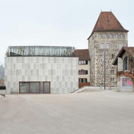 Stadtmuseum von aussen mit Altbau (Turm) und neuem Anbau