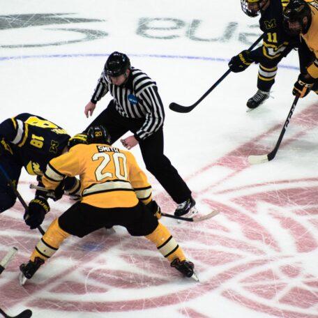 Kampf um den Puck beim Eishockey