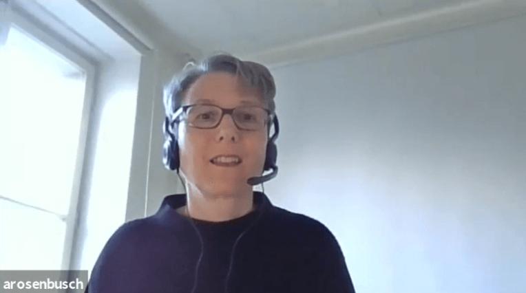 Andrea Rosenbusch während ihrer Moderation der Q&A Session mit Cassini Nazir