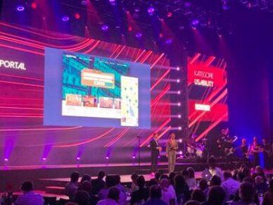 Website von Newhome auf dem Screen bei der Preisverleihung beim Best of Swiss Web Award
