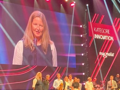Sibylle Peuker, Jurypräsidentin verkündet die Gewinner der Kategorie Innovation beim Best of Swiss Web Award