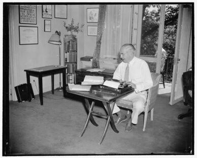 Autor an der Schreibmaschine